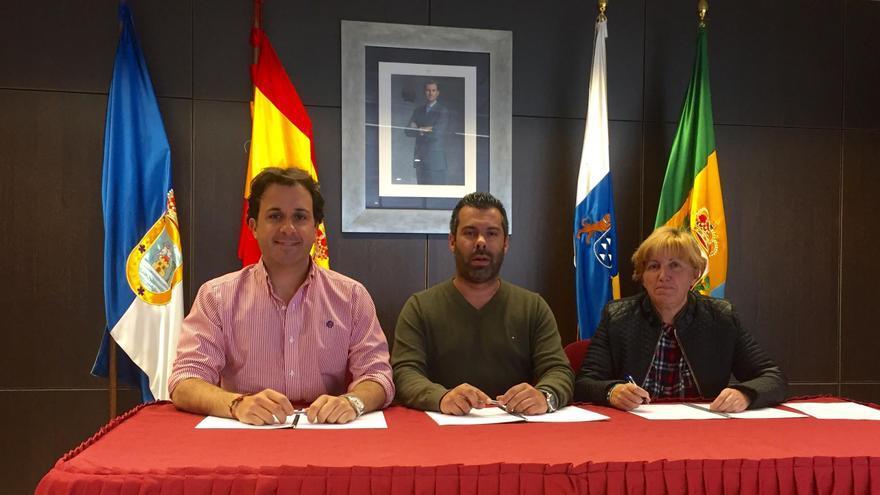 El convenio fue firmado por alcalde accidental, Juan Manuel Pérez Álvarez; el concejal de Asuntos Sociales, Fran Martín Castañeda, y la presidenta de Asociación Padisbalta, Julia María Rodríguez Gutiérrez. Foto: Ayuntamiento de Breña Baja.