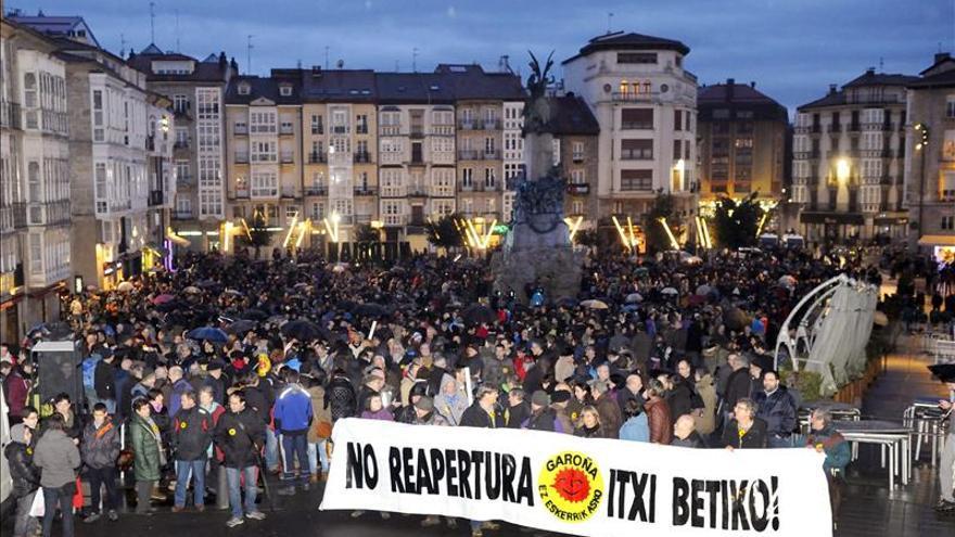 Varios miles de personas se manifiestan en Vitoria contra la reapertura de Garoña