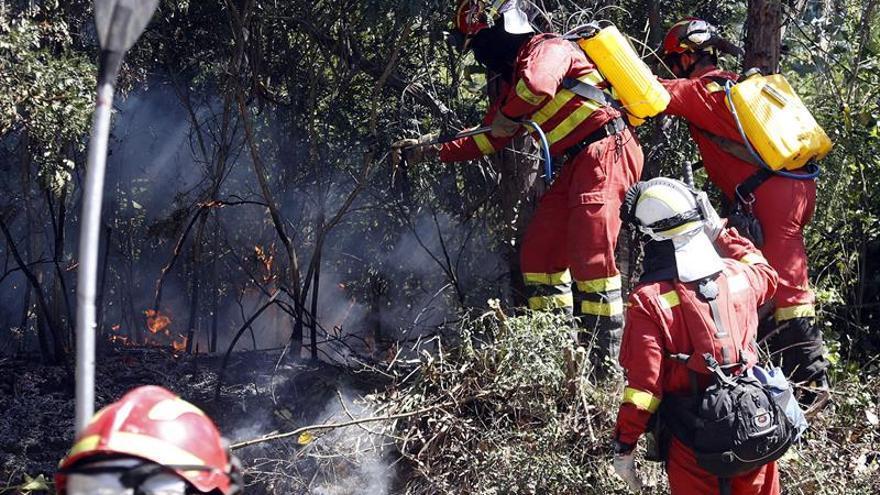 Los incendios forestales activos en Chile se reducen a medio centenar