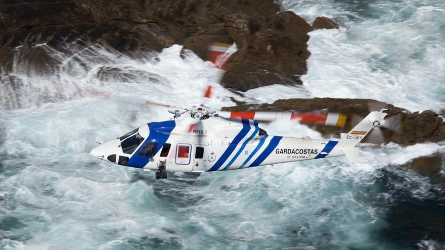 El Pesca 1, uno de los dos helicópteros de salvamento marítimo alquilado por la Xunta a Babcock-Inaer, la empresa a la que los vendió en 2012 por obsoletos