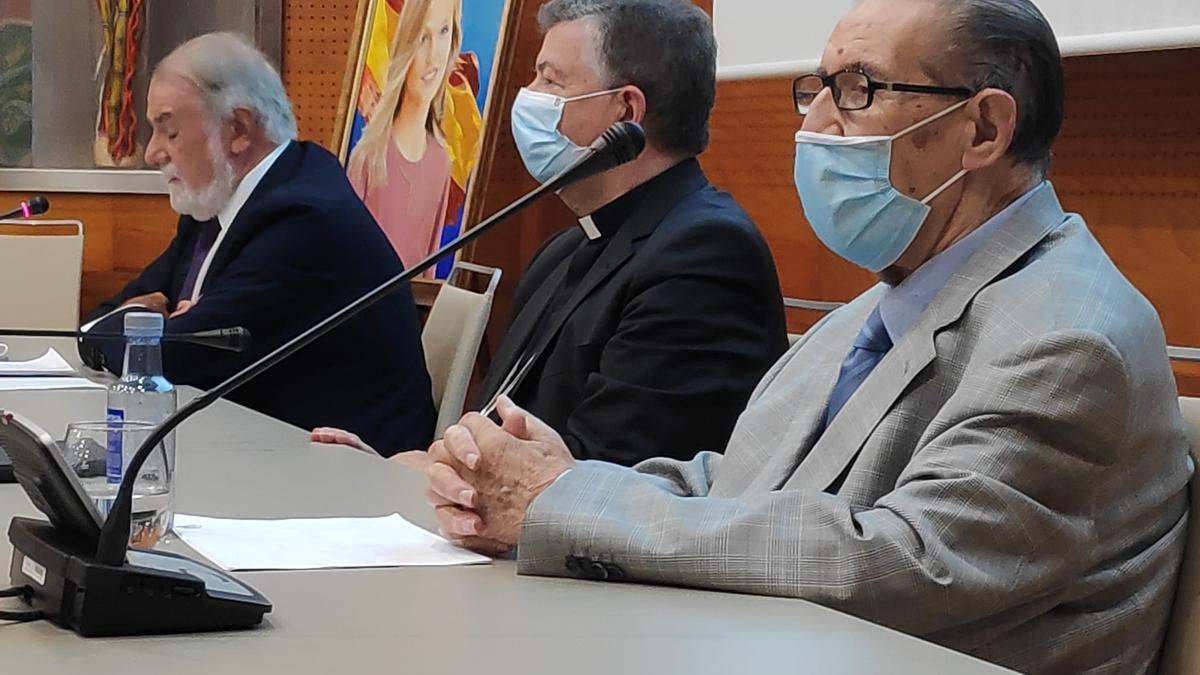 Mayor Oreja, Martínez Camino y Juan Velarde, durante el curso