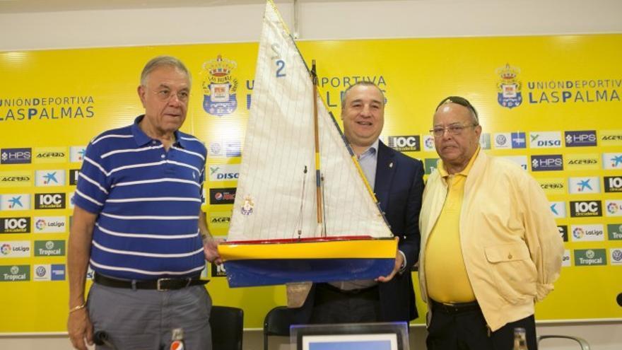 El presidente de la UD Las Palmas, Miguel Ángel Ramírez, junto al el presidente de la Federación de Vela Latina, Juan Santana y Ángel Luis Padrón, directivo de la Federación de Vela Latina.