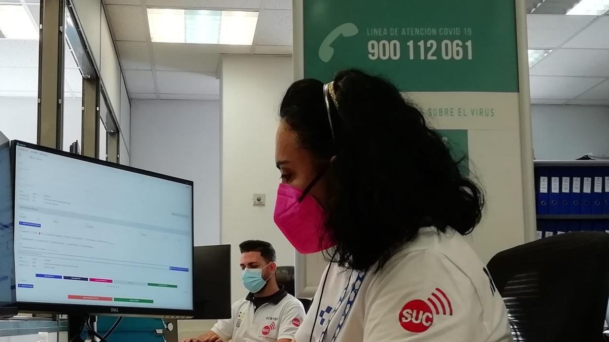 Personal del Servicio de Urgencias Canario atendiendo la línea COVID-19 (900 112 061)