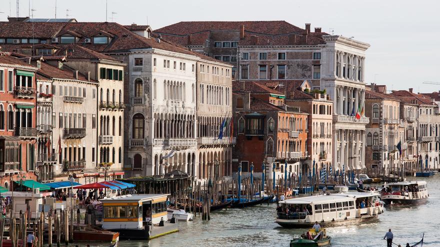 Vaporettos, góndolas y lanchas rápidas convierten al Gran canal en una verdadera avenida de alto tráfico en Venecia. Tim Sackton