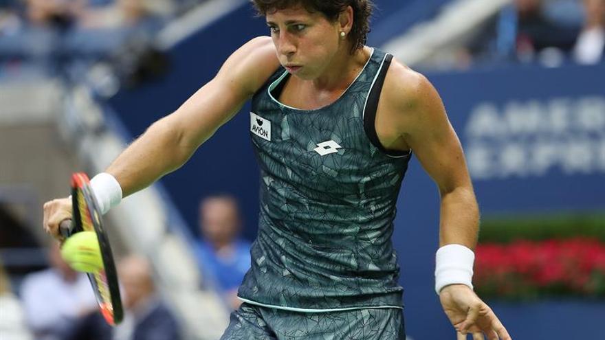 La tenista grancanaria devuelva una bola de revés a Venis Williams.