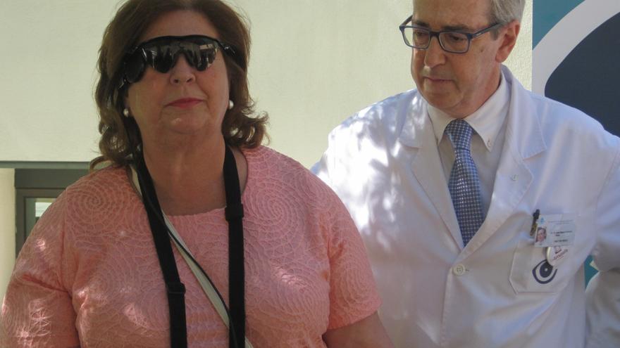 El doctor Laborda y Josefa Jiménez, que ha recuperado parte de la visión tras tres décadas ciega.