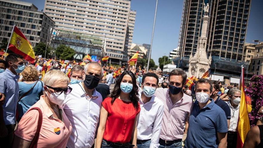 La presidenta de Ciudadanos, Inés Arrimadas, el vicesecretario general, Edmundo Bal, y otros cargos de Cs en la concentración contra los indultos a los presos del 'procés', en la plaza de Colón de Madrid.