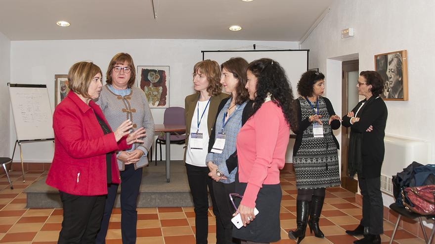 La presidenta charla con representantes de asociaciones y entidades / www.dip-caceres.es