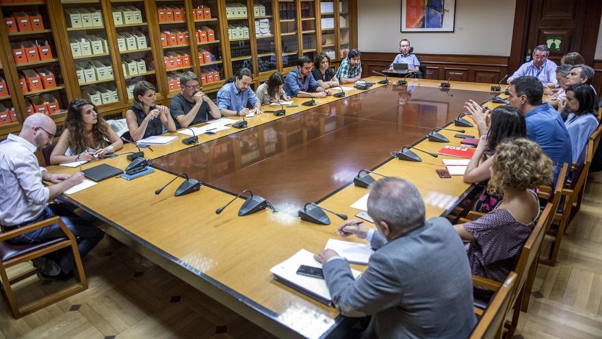 Las delegaciones de Unidos Podemos-En Comú-En Marea y del PSOE, en la reunión de este lunes en el Congreso.