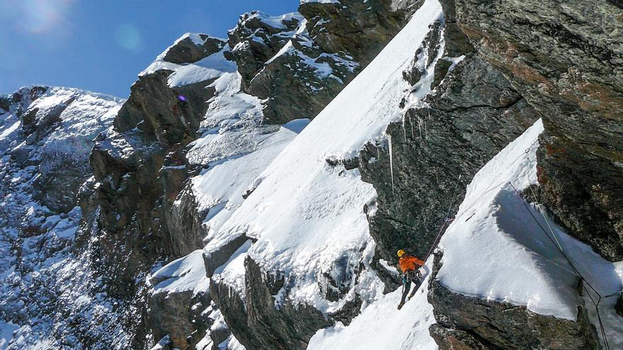Fernando Wilhelmi buscando el paso obligado del tercer largo para acceder a las llambrias superiores.