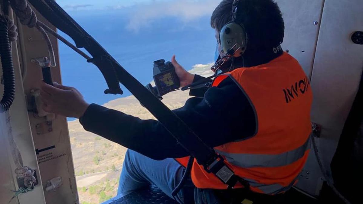 """Un equipo del Involcan realiza desde el helicóptero del GES con base en La Palma """"termografía con cámara en posición fija y móvil""""."""