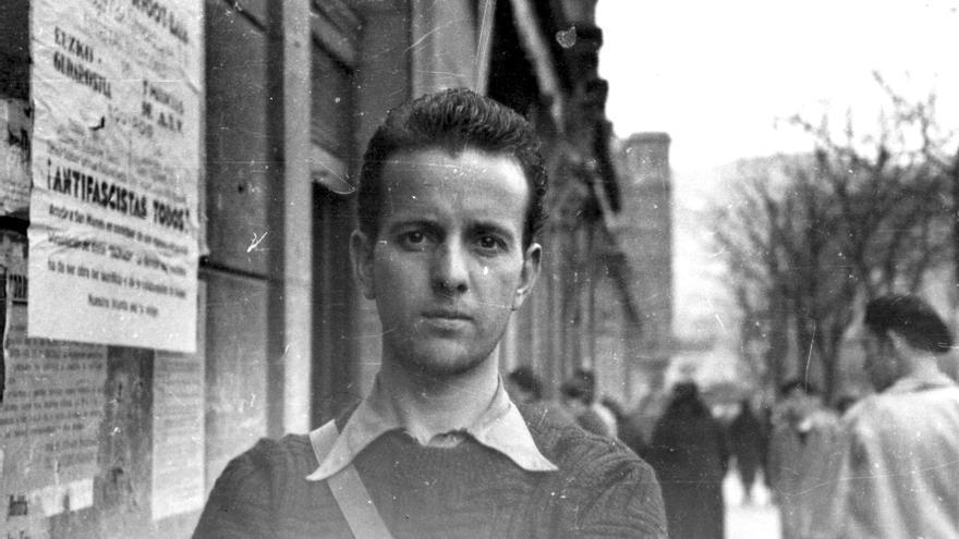 Enrique Araujo en las calles de Bilbao cuando era comandante del batallón Isaac Puente (Fundación Anselmo Lorenzo)
