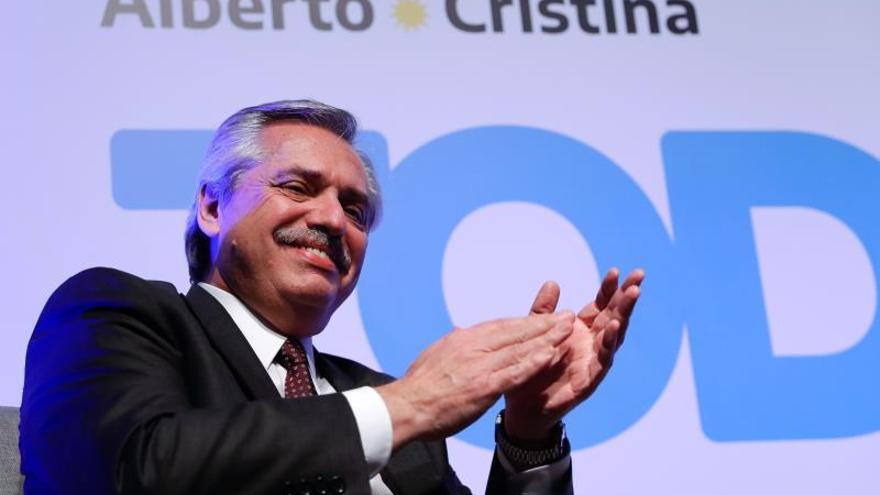 El candidato presidencial argentino Alberto Fernández viaja a España