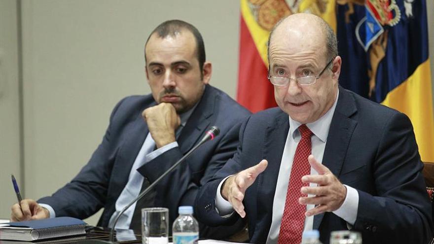 El consejero de Economía del Gobierno de Canarias, Pedro Ortega (d), durante su comparecencia este jueves en comisión parlamentaria para informar de varios asuntos relacionados con su departamento.