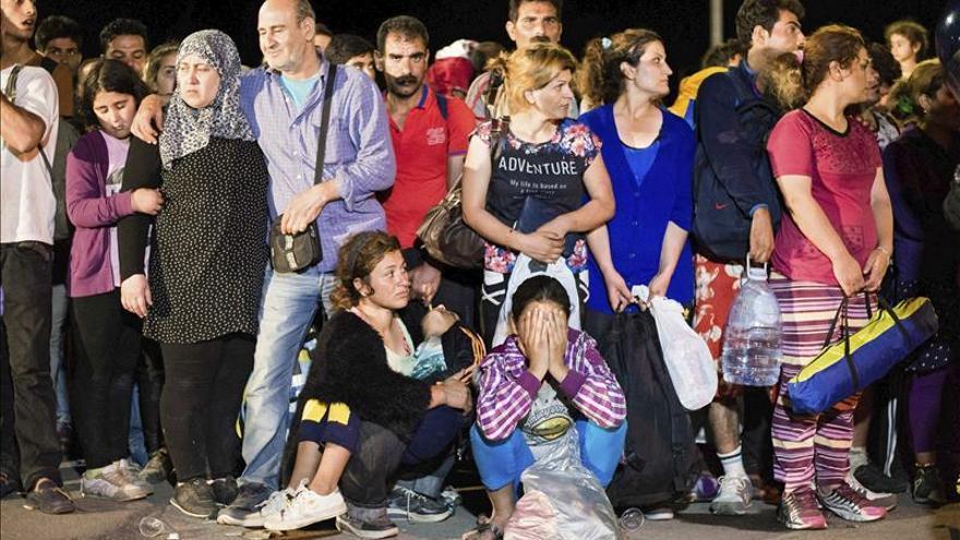Refugiados esperan en una calle de Tovarnik (Croacia). EFE