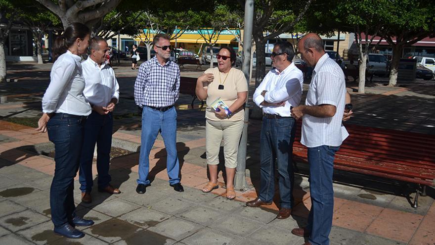 El presidente del Cabildo de Fuerteventura, Mario Cabrera, junto a la representante de Womad España, Dania Dévora.