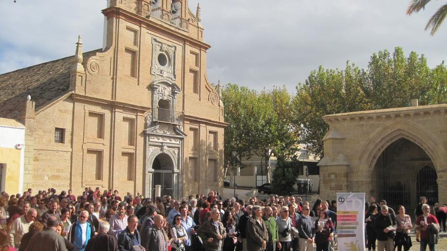 Vecinos se concentran para exigir la restitución como bien público de la Plaza de la Fuesanta de Córdoba inmatriculada por la Iglesia.