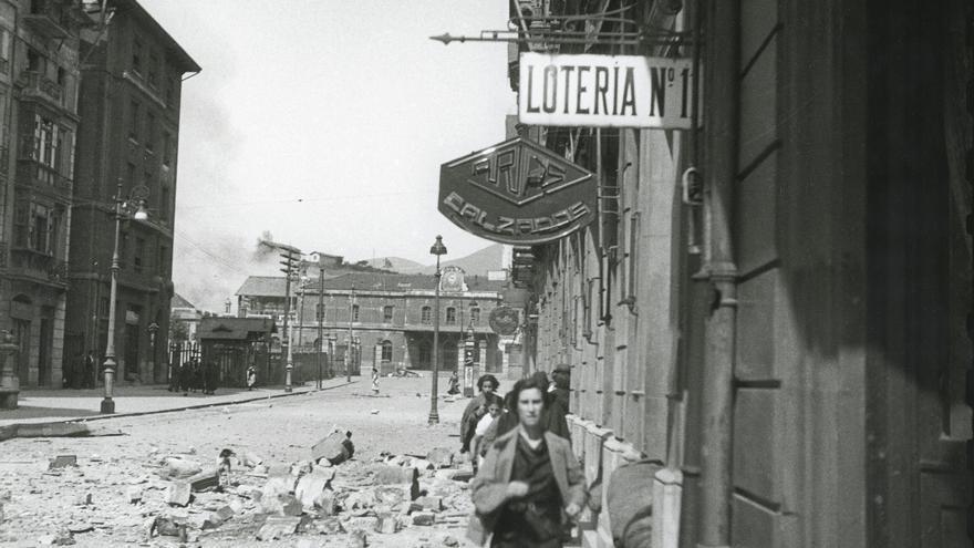 Civiles huyendo por la calle Uría durante un bombardeo del ejército republicano a la Estación de Ferrocarr il del Norte. Oviedo, 1936. Florentino López, «Floro». Museo del Pueblo de Asturias