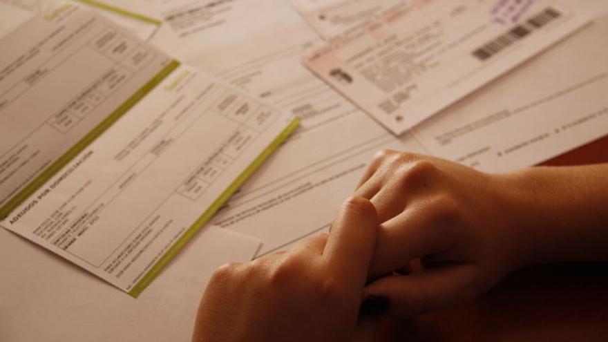 Una persona consulta gastos que debe afrontar