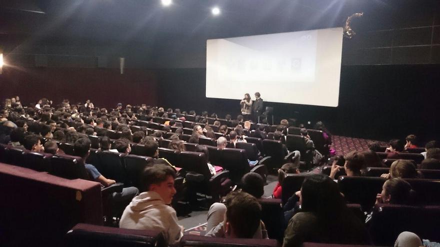 Alumnos de secundaria y bachillerato durante la inauguración de la muestra de Cine Africano.