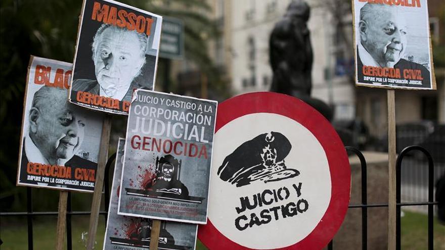 """Hijos de desaparecidos en la dictadura argentina """"escrachan"""" a dos empresarios"""