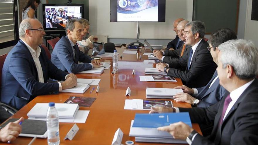 Pedro Duque, ministro de Ciencia, en la reunión del consejo rector del IAC, con el presidente Clavijo, entre otros