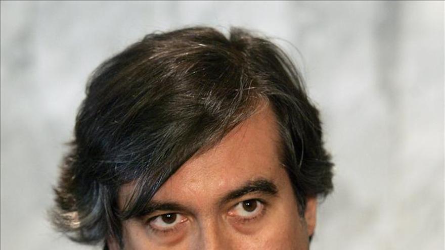 El juez Enrique López es interceptado sin casco y da positivo en alcoholemia