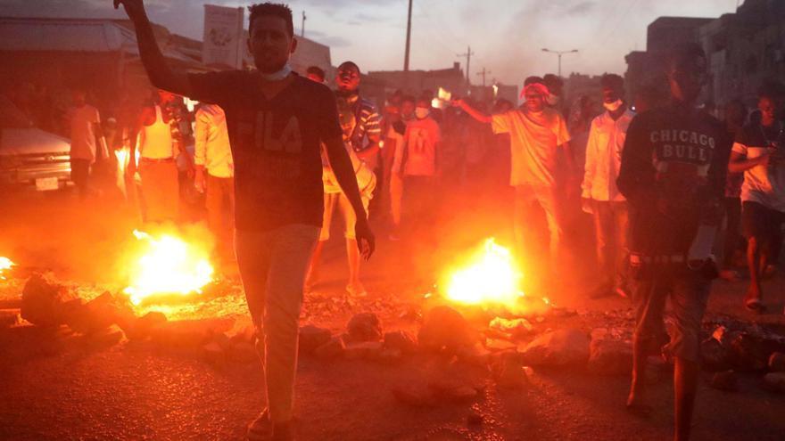 Manifestantes en Sudán queman neumáticos durante una manifestación en Jartum en protesta de las muertes de estudiantes en otro estado al sur del país.