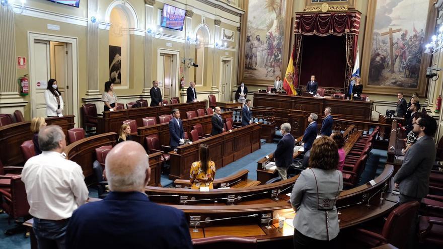El Parlamento de Canarias guarda un minuto de silencio por las víctimas de la COVID-19 en las Islas