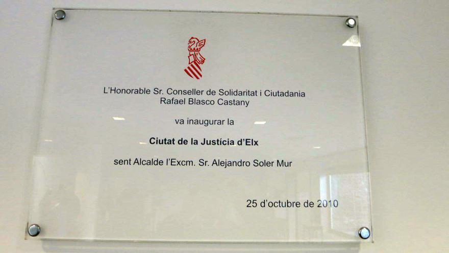 Placa conmemorativa que el Ayuntamiento de Elche quiere que sea retirada