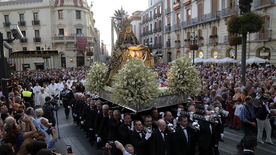 Miles de personas arropan a la patrona de Granada en su procesión anual
