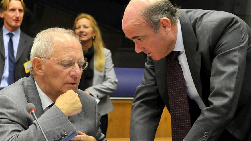 De Guindos y el ministro alemán Schaüble en una cumbre europea.