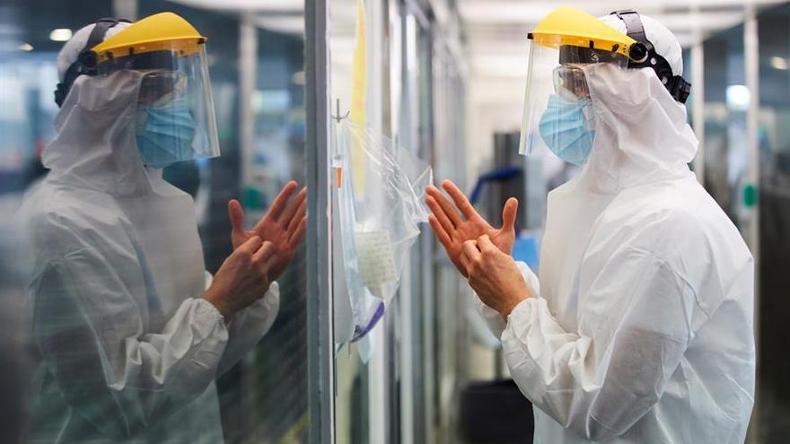 Un profesional sanitario realiza su trabajo con enfermos de la COVID -19 en la UCI del hospital del Mar de Barcelona