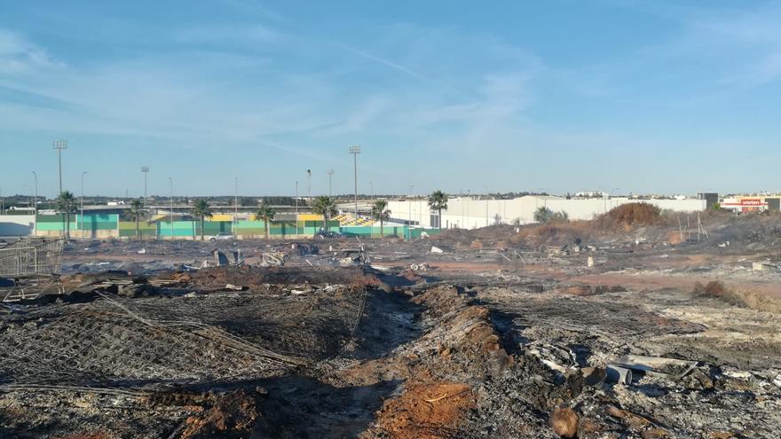 La zona arrasada por el fuego con el estadio Ciudad de Lepe al fondo.