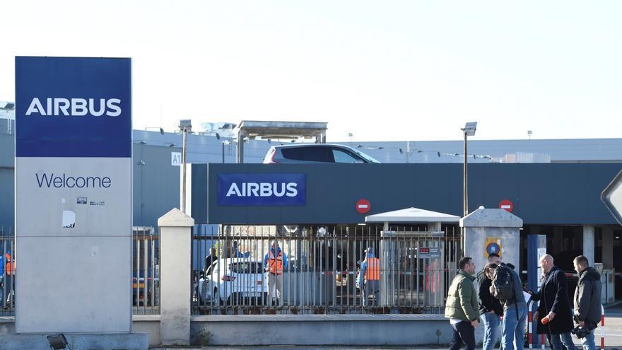 Trabajadores de Airbus participan en un paro en la fábrica de Airbus en Getafe, Madrid.