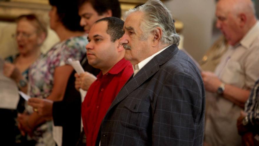 La salud de Chávez lleva a misa al ateo presidente uruguayo José Mujica