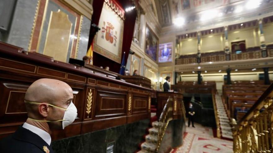 Un funcionario del Congreso protegido con mascarilla presencia un pleno celebrado en la Cámara Baja para aprobar una nueva prórroga del estado de alarma.