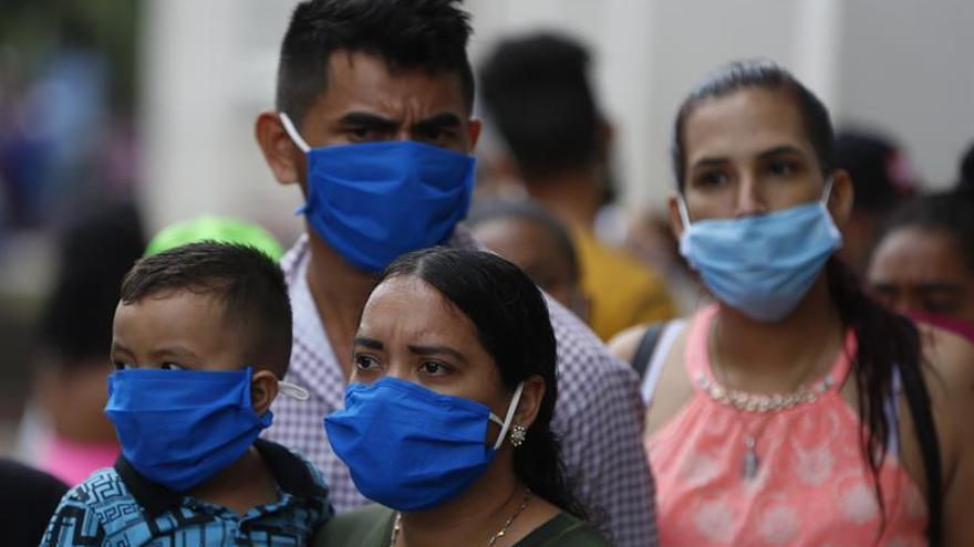 Ciudadanos venezolanos esperan atención médica en la alcaldía de Cali (Colombia).