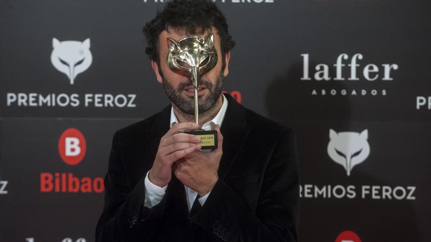 Rodrigo Sorogoyen posa con uno de los premios Feroz conseguidos en la gala de 2019