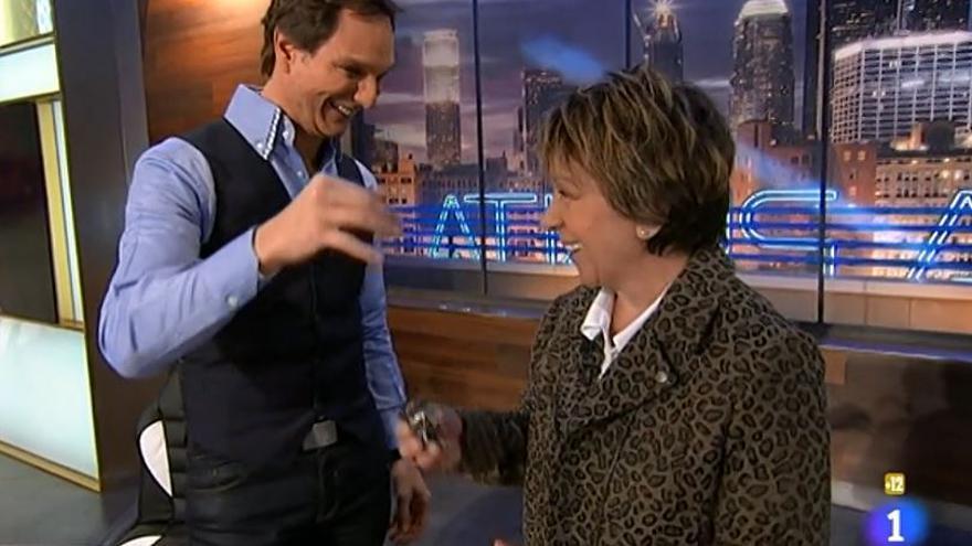 Momento en el que Javier Cárdenas entrega las llaves de su casa a Teresa Pardos en Televisión Española