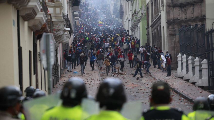 Ecuador, Quito: Anti-government demonstrators throw stones at security forces during clashes after a protest called on by the Confederation of Indigenous Peoples (CONAIE) against Ecuadorian President Lenin Moreno's economic policy. Photo: Juan Diego Montenegro/dpa