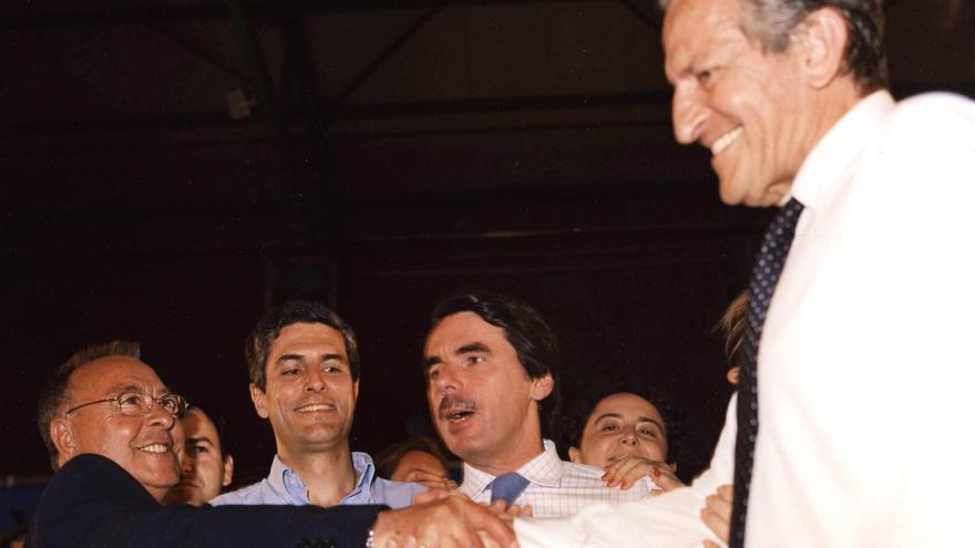 El ex presidente Suárez apoyó a su hijo en Albacete en la campaña electoral el 2 de mayo de 2003, junto al entonces presidente Aznar