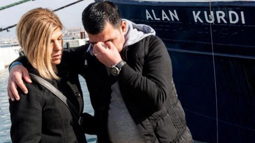 """Ceremonia de cambio del nombre del barco de rescate el ong Sea-Eye, que pasará de llamarse """"Profesor Albrecht Penck"""" a """"Alan Kurdi"""", en recuerdo del niño que apareció ahogado en la orilla de la playa de Bodrum (Turquía) y se convirtió en símbolo de la crisis de los refugiados. En la imagen, el padre y la tía de Alan, Abdullah Kurdi (D) y Tima Kurdi (I), asisten a la ceremonia del nuevo bautizo."""
