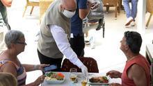 Varios turistas sentados en un restaurante en Baleares este 15 de junio.