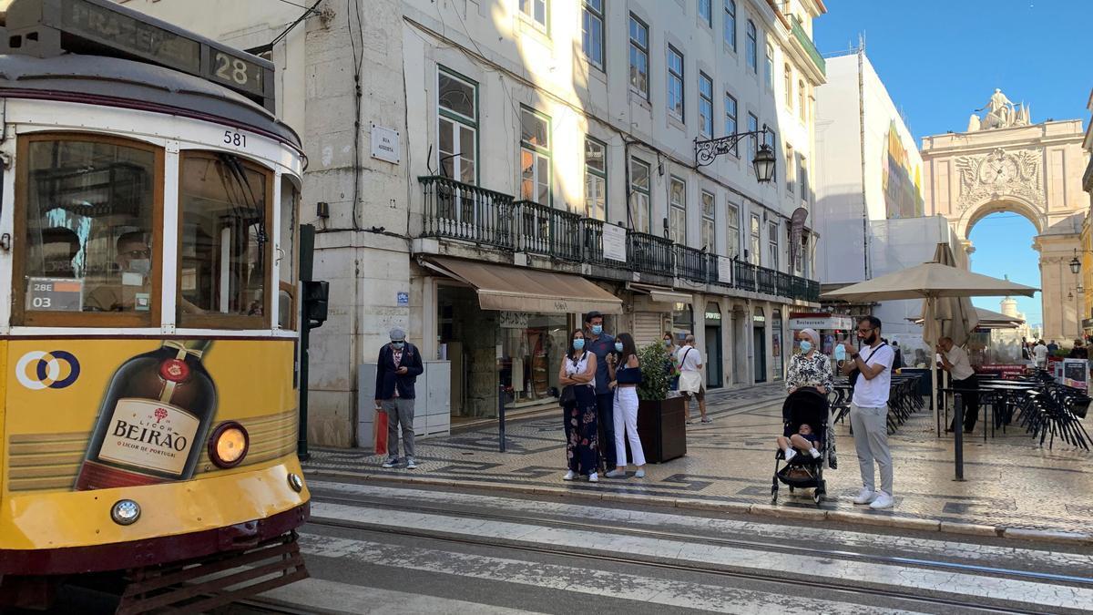 Un tranvía a su paso por el barrio de la Baixa, en Lisboa (Portugal), este sábado.