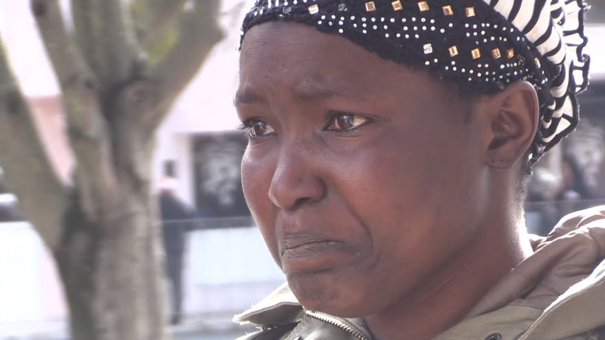 Una madre observa como sacan sus pertenencias durante su desahucio/Documental