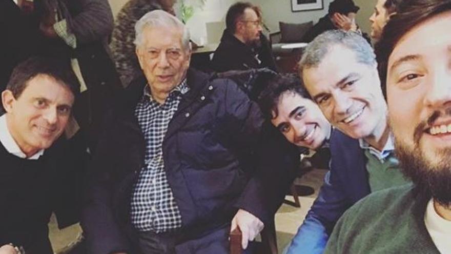 El asesor de Ciudadanos, entre Mario Vargas Llosa y Toni Cantó, junto a Manuel Valls.