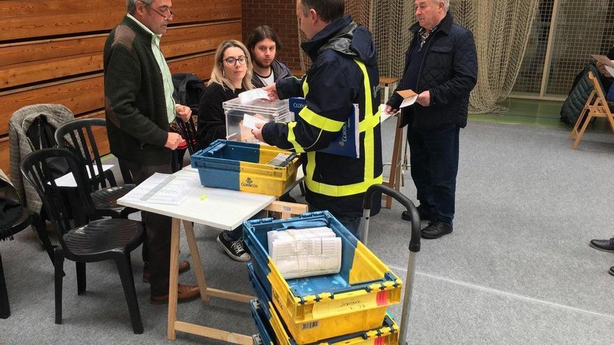 Un cartero entrega el voto por correo en las elecciones del 28 de abril de 2019