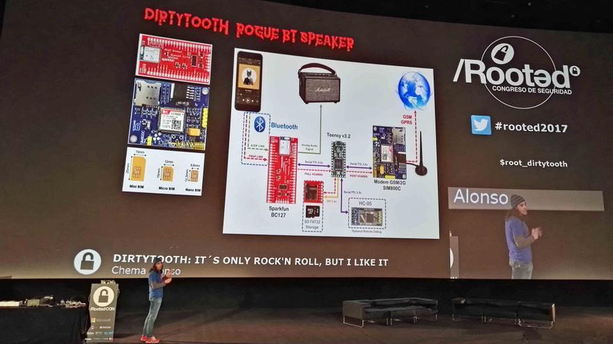 Chema Alonso durante su presentación del Rogue Dirty Tooth Speaker en el RootedCON