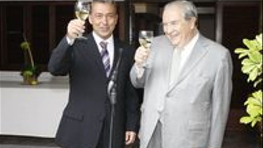 Paulino Rivero brindando con Jerónimo Saavedra.